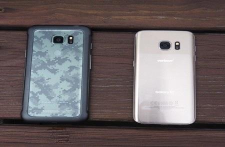So sánh mặt sau của Galaxy S7 Active (trái) và phiên bản Galaxy S7 thông thường (phải)