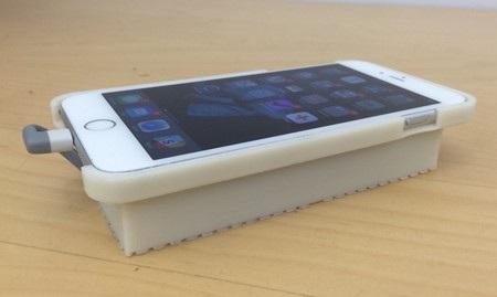 iPhone sau khi được kết nối với lớp vỏ đặc biệt của Lee