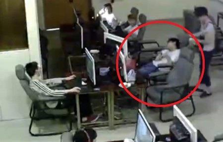 Xiong Xuan đã bị điện giật tử vong khi đang rút cáp smartphone ra khỏi máy tính
