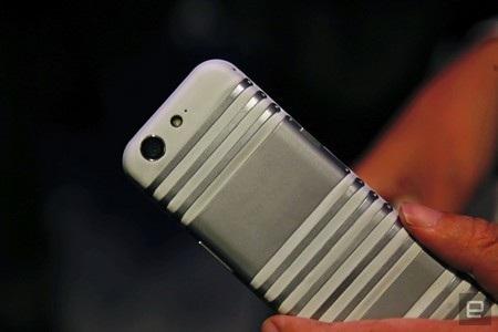Mặt sau của sản phẩm có thể thấy rõ CPlus được chia ra thành từng phần khác nhau để có thể uốn cong cả sản phẩm