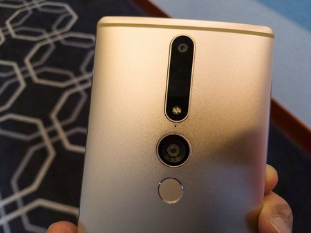 Hệ thống camera chính, camera góc rộng và cảm biến đo chiều sâu ở mặt sau của máy