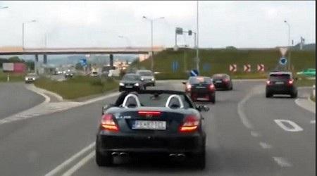 Chiếc xe Mercedes mui trần liên tục cản đường xe cấp cứu dù các xe khác đã tránh đường hoặc dừng lại