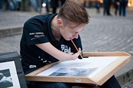 Mariusz đã phải mất rất nhiều thời gian để tập được tư thế cầm bút vẽ phù hợp nhất