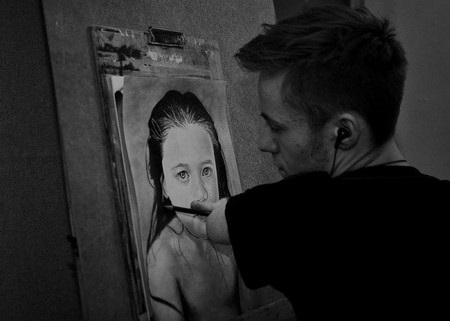 Mariusz thường phải mất ít nhất 20 tiếng cho mỗi bức tranh của mình