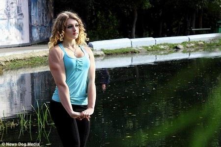 Julia là sự kết hợp giữa gương mặt xinh đẹp và một cơ thể tràn đầy cơ bắp