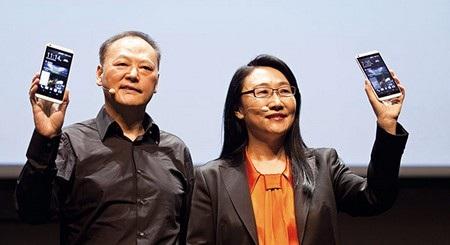 Peter Chou (trái) đã nghỉ hưu sau khi nhường lại chiếc ghế CEO HTC cho Cher Wang (phải) vào năm 2015