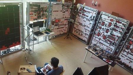 """James Newman và """"siêu máy tính"""" có kích thước tương đương một căn phòng"""