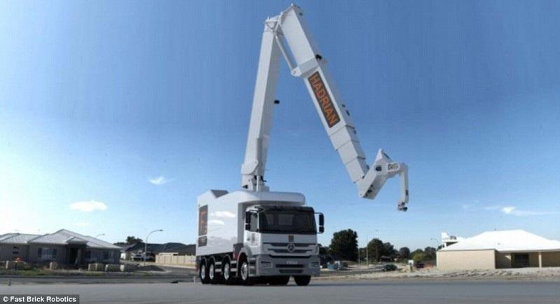 Hadrian X được đặt trên xe tải, với cánh tay máy dài 30m, giúp nó có thể đứng một chỗ để hoàn thiện công trình