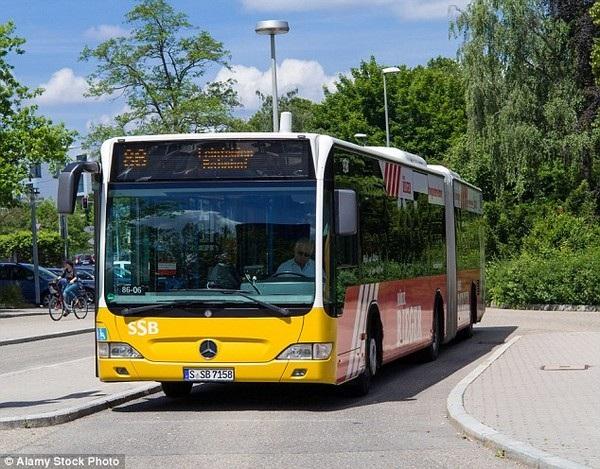 Cậu bé 11 tuổi đã điều khiển chiếc xe buýt và đón khách ở bến chờ