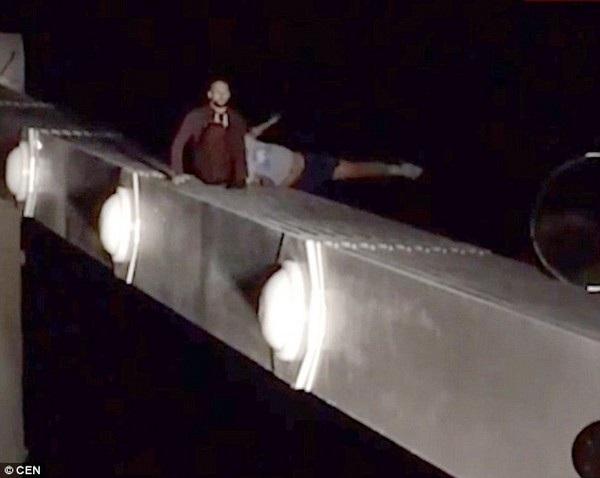 Nạn nhân (áo xám) mất đà và ngã khỏi thành cầu khi đang trèo xuống sau khi từ bỏ ý định tự sát