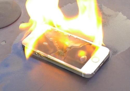 Pin lithium-ion bị lỗi hoặc quá cũ, thiếu ổn định là nguyên do khiến smartphone có thể bị bốc cháy hoặc phát nổ