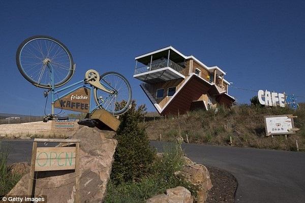 Cách căn nhà không xa là một biển hiệu với chiếc xe đạp cũng quay ngược lên trời
