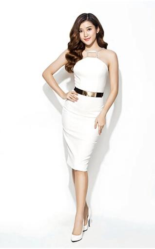 Đầm trắng dáng bút chì cổ điển với phần cổ cách điệu phù hợp với những buổi tiệc đêm trang trọng
