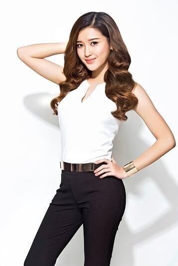 Khai thác xu hướng tối giản minimalism bằng sự kết hợp của quần tây đen và áo trắng cổ chữ V duyên dáng phù hơp với các cô nàng năng động, phong thái chuyên nghiệp, tự tin.