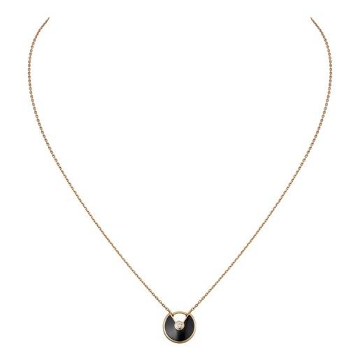 Bề mặt đá mã não đen được mài nhẵn bóng không tỳ vết nổi bật khi kết hợp cùng dây chuyền bằng vàng tạo sự tương phản ấn tượng