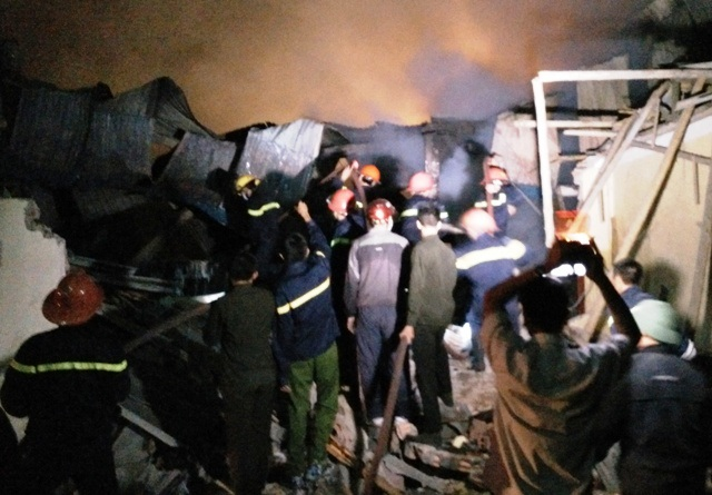 Hàng trăm người thay nhau đưa vòi nước vào dập lửa