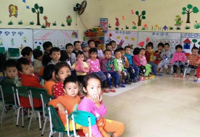 Thiếu phòng học, các em học sinh phải ngồi chen chúc nhau trong một lớp học