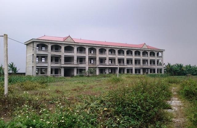 Trường học tiền tỷ bỏ hoang giữa đồng - 1