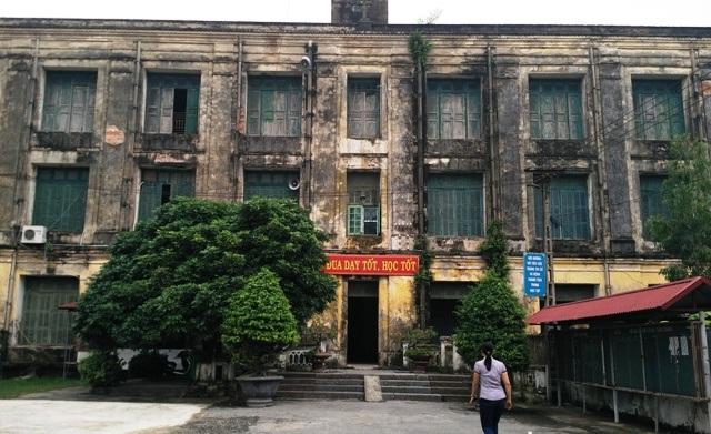Nhà hiệu bộ của trường là ngôi nhà cũ chuyển đổi từ một nhà tu của nhà thờ công giáo