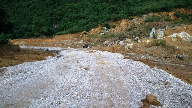 Một con đường kiên cố được làm nên bằng đá cấp phối để vào khai thác đất rừng.