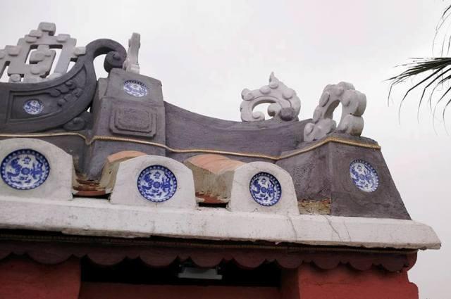 Nghệ thuật gốm xứ trên mái cũng được làm theo phiên bản thật, các chi tiết này đã làm nổi bật lên dấu ấn thời gian, lịch sử của cây cầu có một không hai ở Việt Nam này