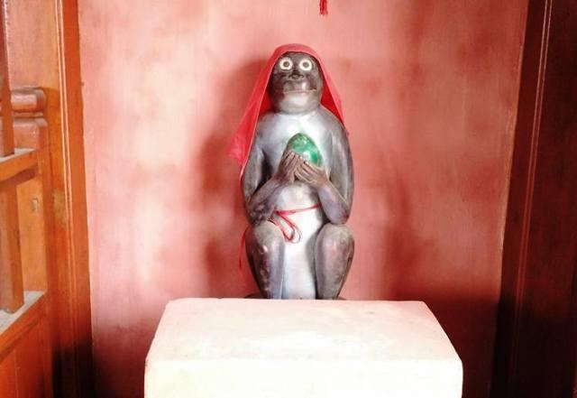 Bốn góc của chùa Cầu Hội An ở xứ Thanh cũng được đặt bốn linh vật, một bên là hai tượng khỉ (Thân), bên kia là hai tượng Tuất (chó).