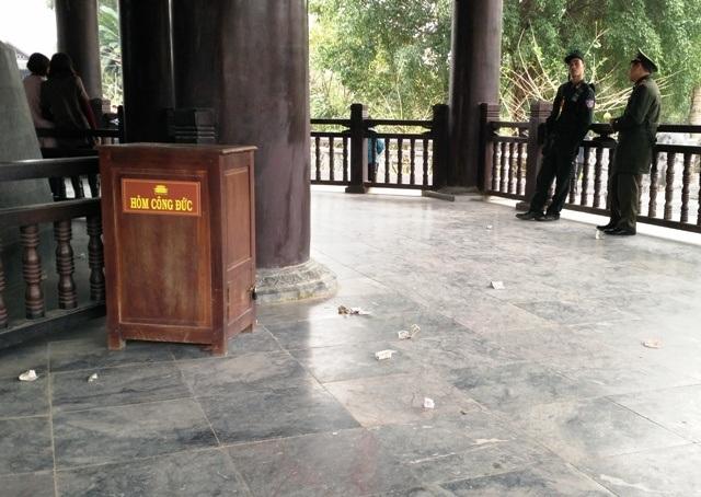 Mặc dù có hòm công đức nhưng du khách vẫn bỏ tiền bên ngoài, vương vãi khắp nơi.