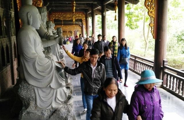 Mặc cho nhà chùa cùng ban quản lý đã trưng biển cấm sờ tượng, mỗi ngày vẫn có hàng nghìn lượt người khi đi lễ chùa, tham quan qua đây vẫn vô tư dùng tay sờ vào tượng Phật.