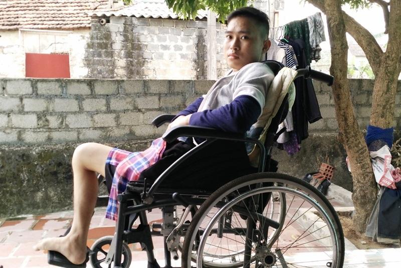 Em Nguyễn Văn Phong (con út bà Thành) bị ung thư xương phải cắt bỏ một chân nhưng cái chết vẫn đang cận kề