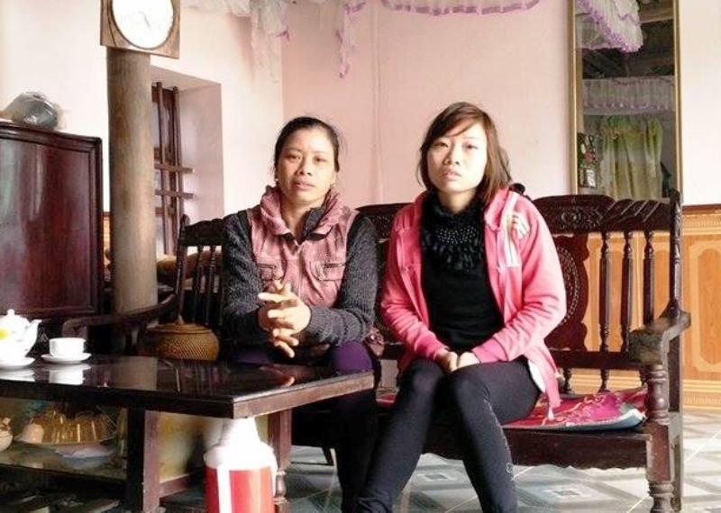 Chị Mận (bên phải), bà Ninh (bên trái) kể lại sự việc đau lòng sau khi mất đi người con, người cháu 5 tuổi không rõ nguyên nhân