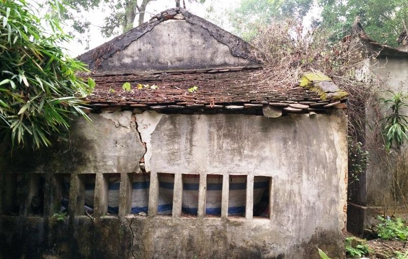 Phía sau nhà Hậu cung đền Trịnh Khả hiện nhiều nơi tường cũng đã bị nứt nẻ, mái ngói bong tróc. Từ lâu ngôi đền này trở hoang hóa nên người dân cũng ít đổ về đây đi lễ đền.