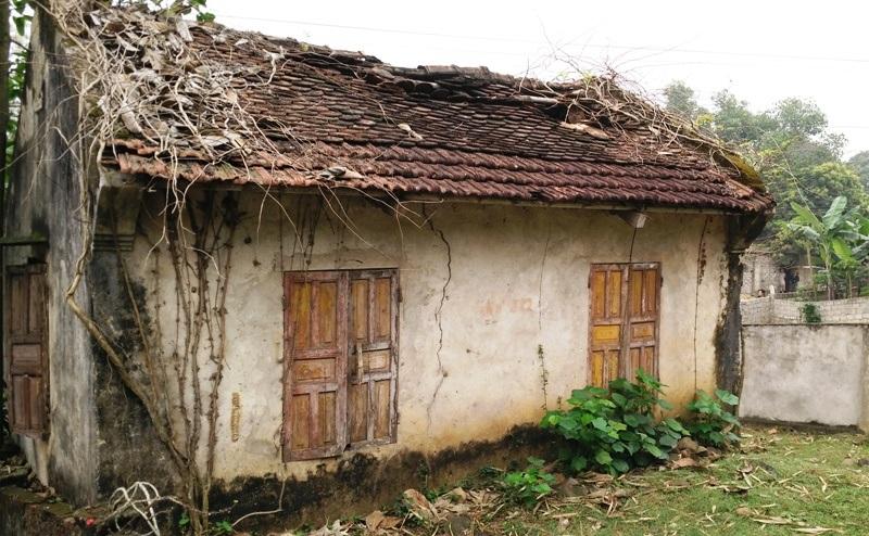 Hai nhà thủ từ trong đền mái ngói cũng bị vỡ nát, trên mái thủng dột nhiều nơi. Hệ thống tường của hai nhà này cũng đang bị sứt mẻ, rêu mốc bám đầy, ẩm ướt trong nhiều năm giờ không thể sử dụng được.
