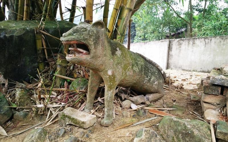 Các linh vật bị vứt chỏng chơ nhiều nơi trong sân đền một cách không thương tiếc. Hiện ngôi đền có con cháu là hậu duệ của Trịnh Khả trông coi nhưng cũng không được quyét dọn thường xuyên, cây cỏ mọc um tùm, gạch ngói vỡ vụn vương vãi khắp nơi.