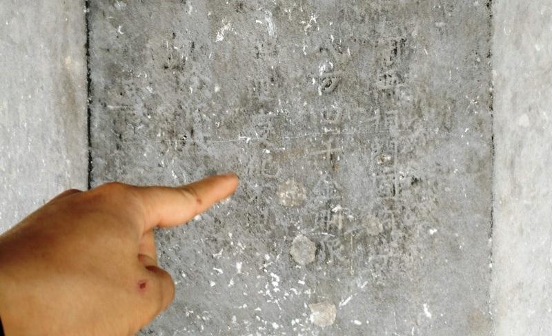 Trên thân cột hiện còn lưu dấu nhiều chữ Hán.