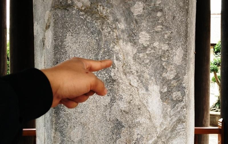 Sau thời gian dài đến nay nhiều nơi trên thân cột đã bị hư hại, nứt nẻ