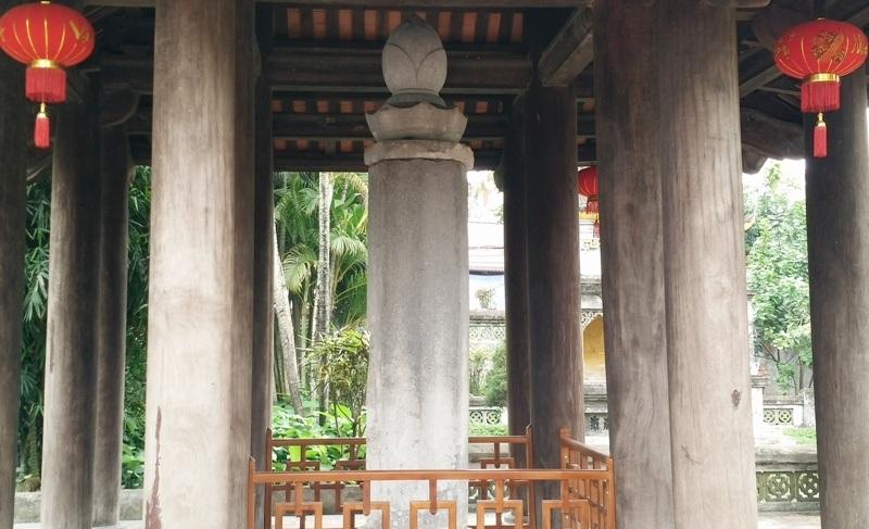 Cột kinh Phật được làm bằng đá, cao 4,16m, nặng 4,5 tấn