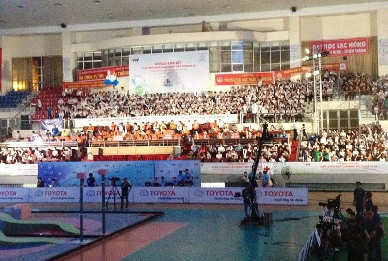 Khán giả ngồi chật kín nhà thi đấu để cổ vũ cho các đội tuyển