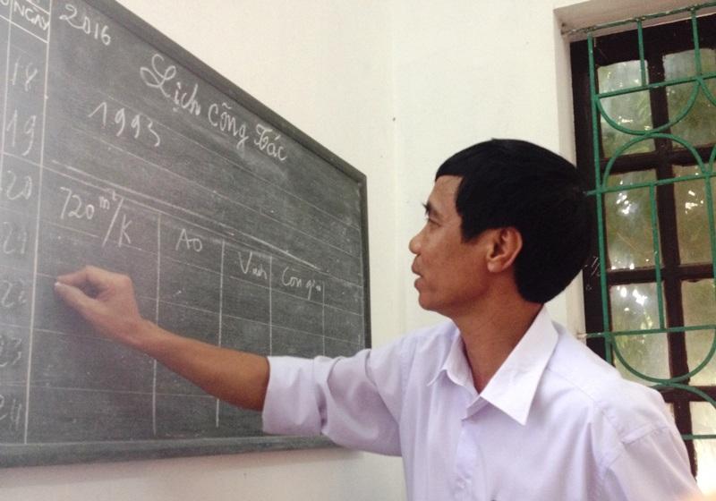 Ông Đinh Trọng Phú, Phó Chủ tịch UBND xã Gia Hòa giải thích vì sao xã không chia đất theo sổ đỏ.