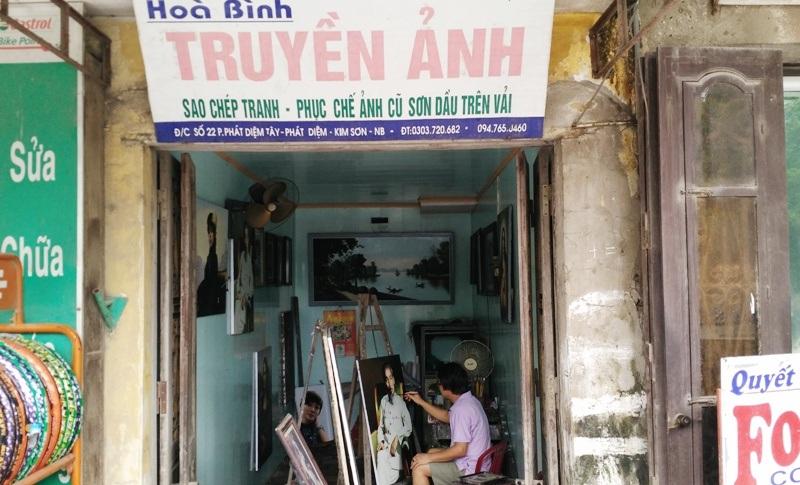 Phòng tranh nhỏ ở thị trấn Phát Diệm nơi họa sĩ Nam Phong từng làm việc trong thời gian dài, nơi đây ông đã sáng tác ra bức tranh Đức mẹ Việt Nam nổi tiếng thế giới. Hiện con trai ông là họa sĩ Hòa Bình đang thừa hưởng phòng tranh này.