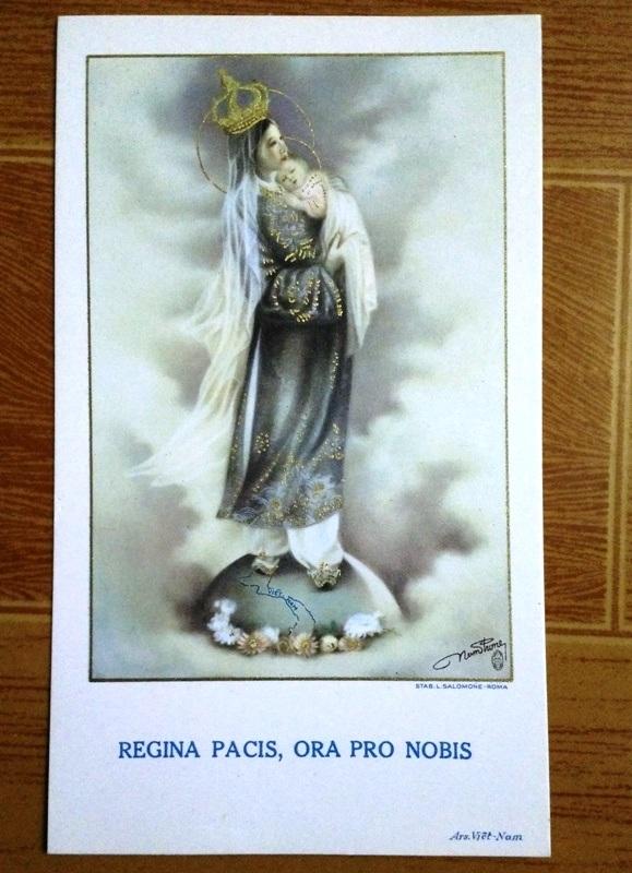 Bản in bức tranh Đức mẹ Việt Nam đang được họa sĩ Hòa Bình lưu giữ.