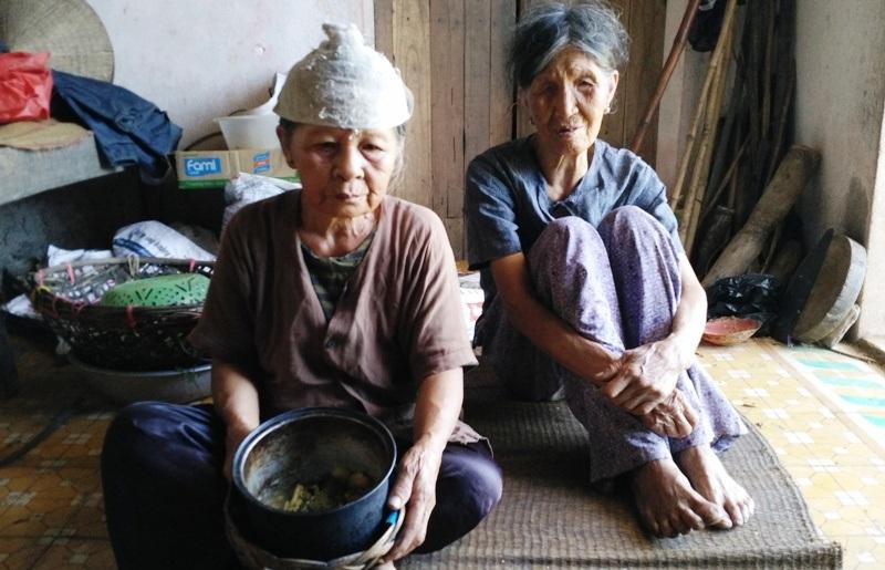 Hai chị em cụ Hoàng Thị Sợi 73 tuổi và Hoàng Thị The 88 tuổi trong căn nhà cũ nát.