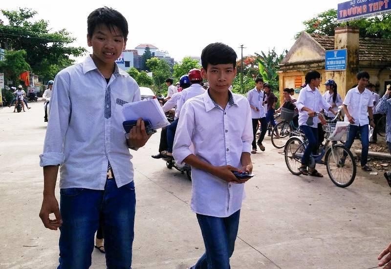 Thí sinh tại Hội đồng thi trường THPT Vũ Duy Thanh phấn khởi sau khi kết thúc môn Toán