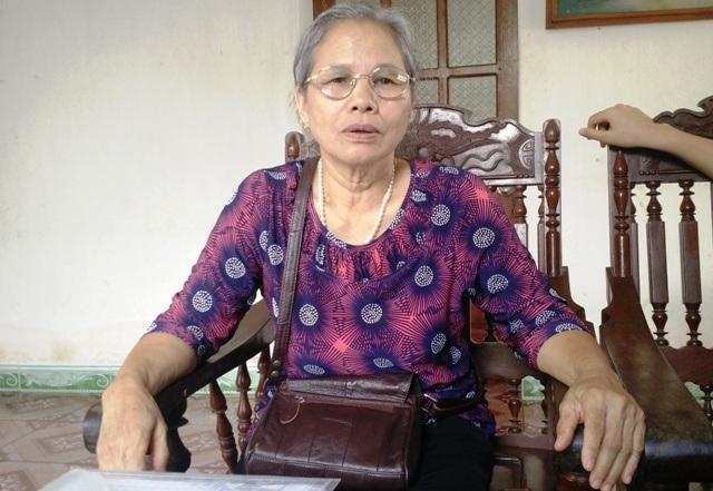 Bà Hiềng - con gái cụ Tứ bức xúc trước cách giải quyết của chính quyền địa phương đối với gia đình mình (ảnh: Thái Bá)