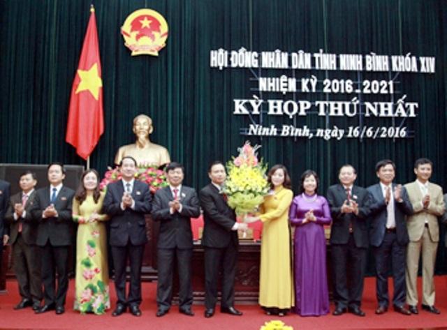 Bà Nguyễn Thị Thanh, Bí thư Tỉnh ủy Ninh Bình tặng hoa chúc mừng ông Trần Hồng Quảng, tân Chủ tịch HĐND tỉnh khóa mới (ảnh: BNB)