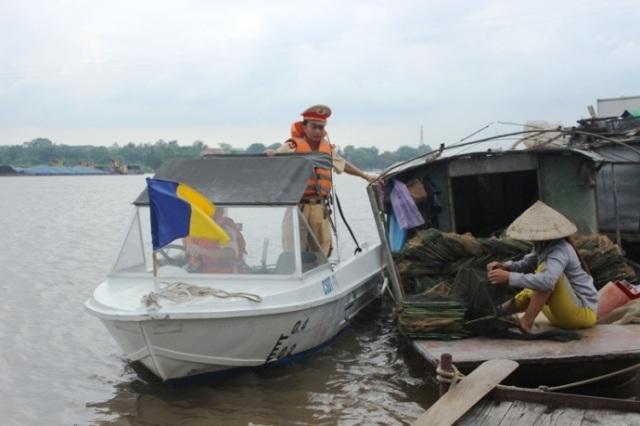 Lực lượng CSGT đường thủy, Công an tỉnh Ninh Bình làm nhiệm vụ tuần tra kiểm soát trên sông Đáy (ảnh: PT)