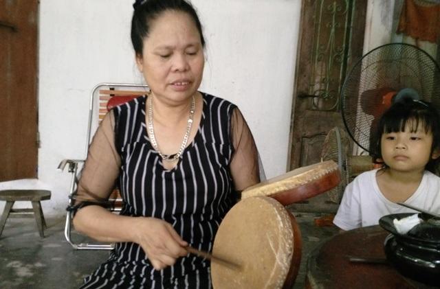 Cầm đôi trống xẩm của mẹ, chị Mận mong muốn nhà nước sớm truy tặng danh hiệu nghệ sĩ nhân dân để mẹ yên nghỉ dưới suối vàng (ảnh: Thái Bá)