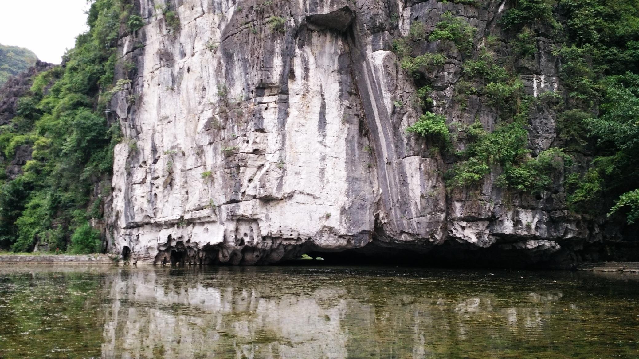 Những ngọn núi đá vôi hàng nghìn năm tuổi nằm sát bên dòng sông tạo nên vẻ hoang sơ, huyền bí cho bức tranh thủy mạc Tam Cốc