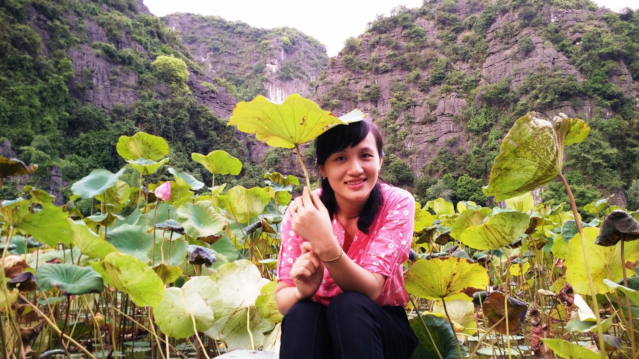 Du khách thích thú chụp ảnh cùng hoa sen khi đến tham quan Tam Cốc
