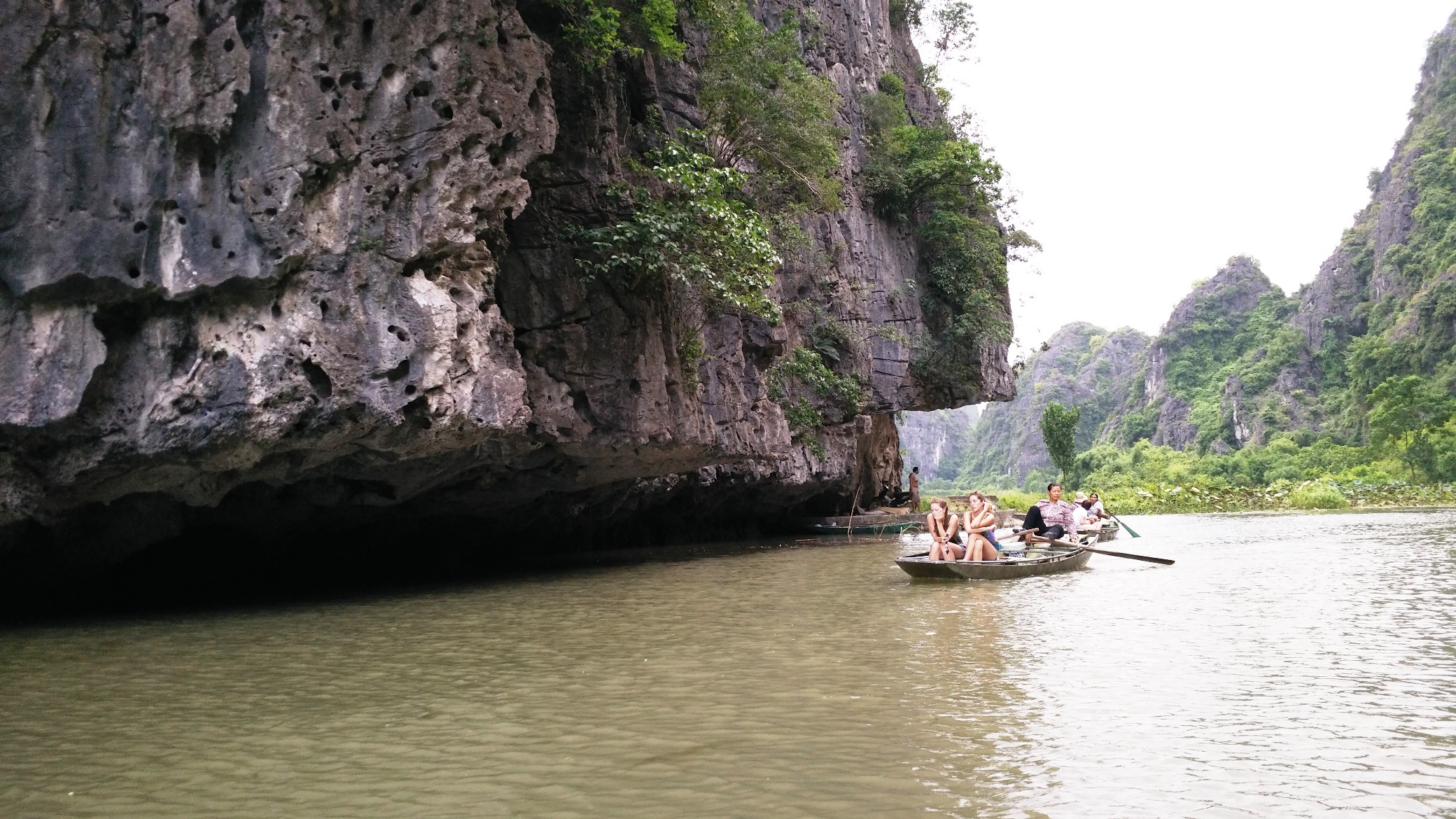 Nhiều du khách nước ngoài tìm đến chiêm ngắm vẻ đẹp hoang sơ, tự nhiên nơi đây