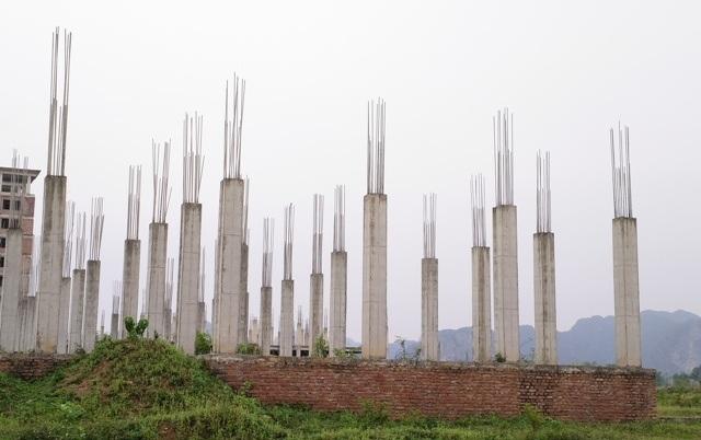 Nhà chức năng của trường mới chỉ xây được nền móng, các cột bê tông (ảnh: Thái Bá)